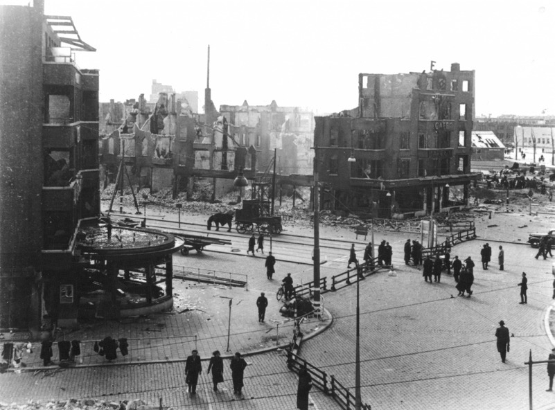 Het Marconiplein is één van de plaatsen waar de Rotterdamse mannen door de Duitse bezetter verzameld worden. (Stadarchief Rotterdam)