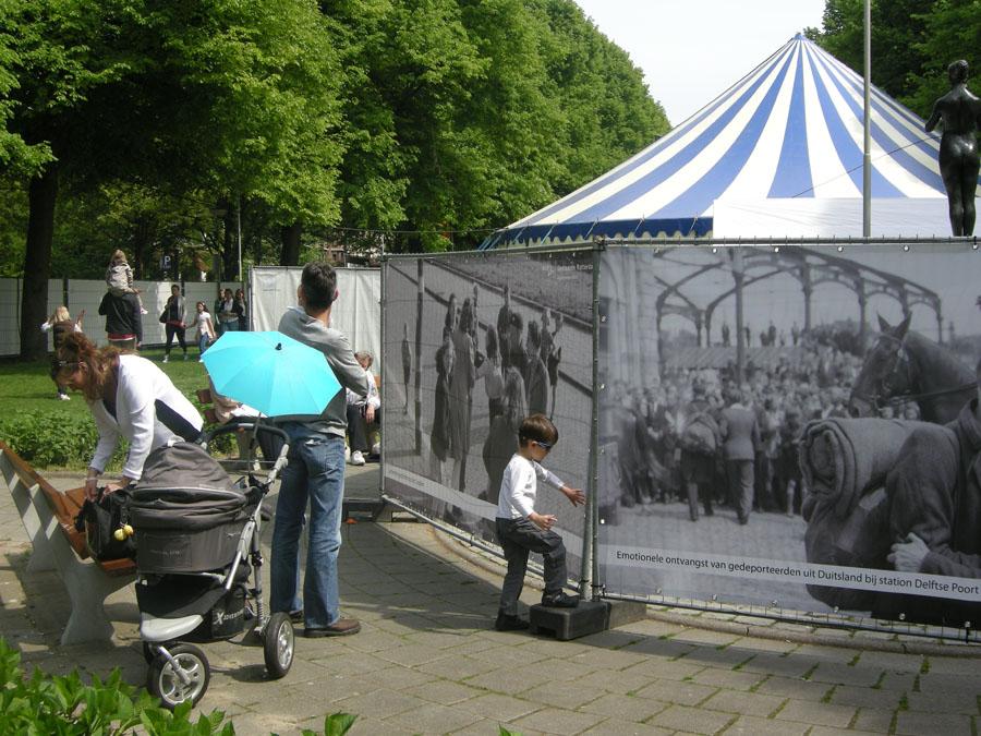 Foto's van de bevrijdingsfeesten in 1945 hangen op het 5 mei festival in 2011.