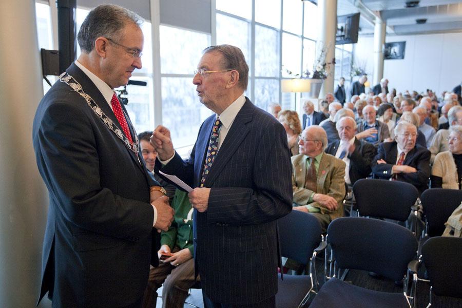 Jaap Folst en Burgemeester Aboutaleb bij de herdenking in de Kuip in 2012.