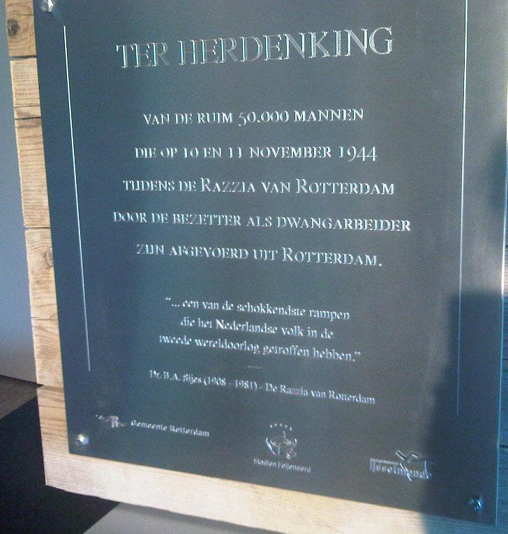 Plaquette in 2010 onthuld bij de herdenking in de Kuip.